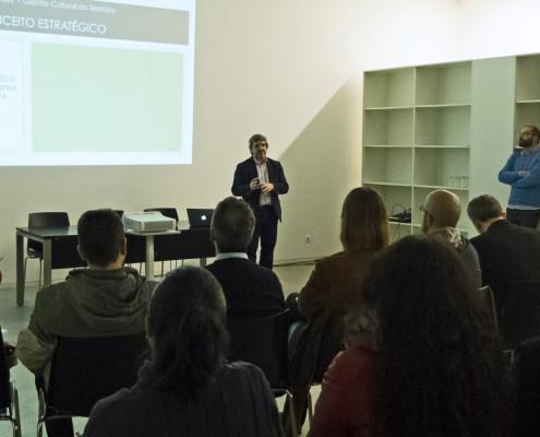 "No  CIAJG – Centro Internacional de Arte ""José de Guimarães"", co concelleiro de cultura, José Bastos."