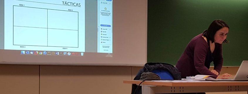 Sonia Diaz explicando no CEUXC o plan de comunicación